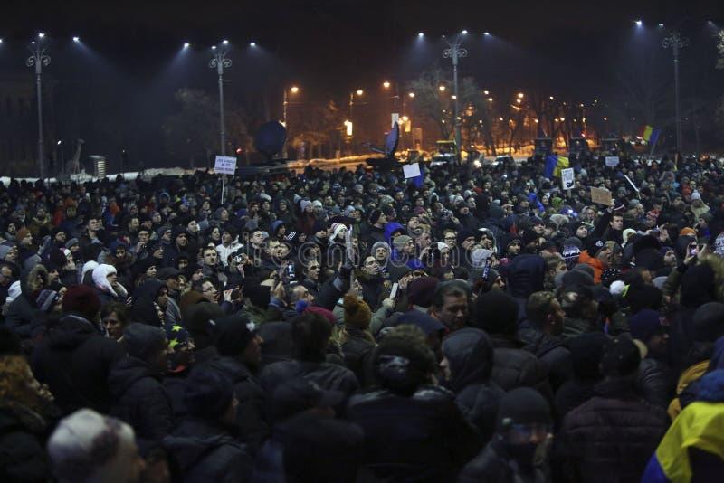 Tausendeprotest als Rumänien entspannt sich Korruptionsgesetz lizenzfreie stockfotos