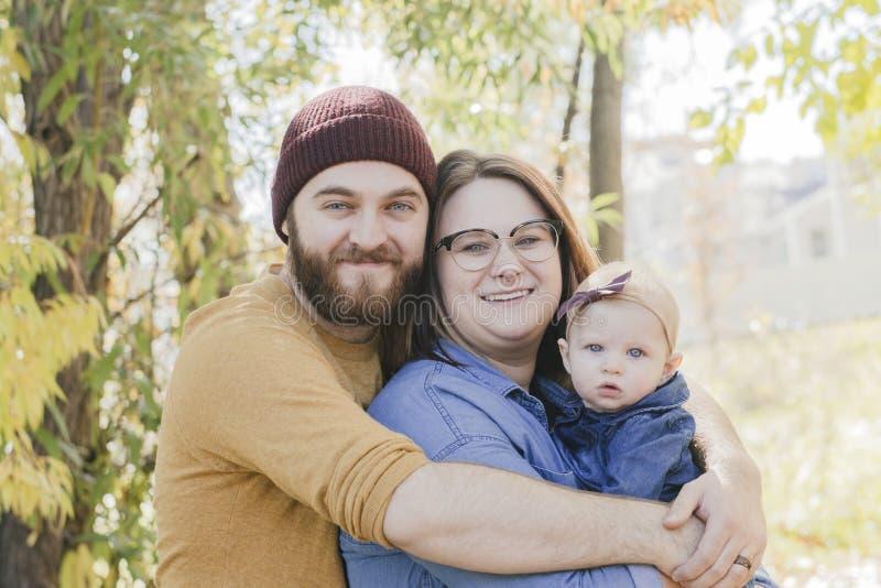 Tausendjährige Familie mit Mutter, Vati und schönem Baby stockfotografie