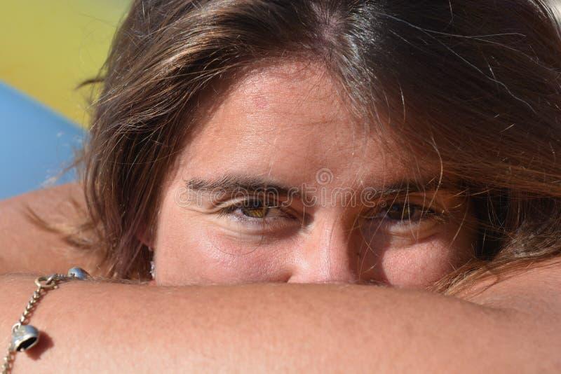 Tausendjährige Frau, H&S-Porträtfreien, Kamera betrachtend lizenzfreies stockfoto