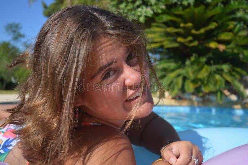 Tausendjährige Frau, Porträtfreien, Kamera betrachtend lizenzfreies stockfoto