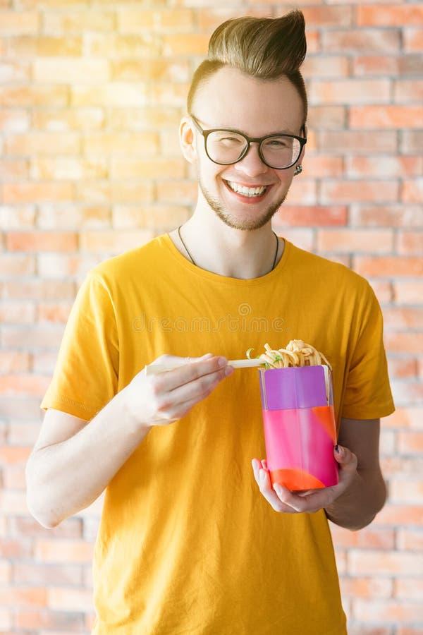 Tausendj?hrige Nudeln der Mitnehmermahlzeit packen leckeres w?rziges ein lizenzfreie stockfotografie