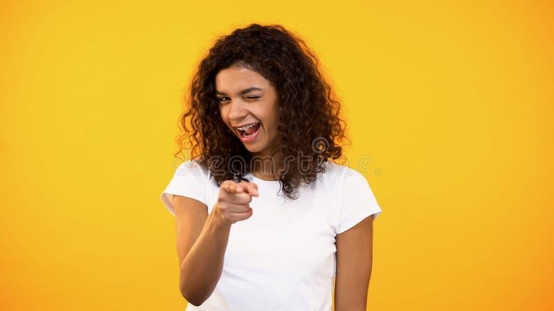 Tausendj?hriges Zeigen des frohen Afroamerikaners auf Kamera, he gestikulieren Sie, flirten stockfoto