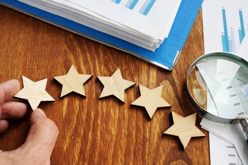 Taux d'évaluation d'affaires Cinq étoiles et rapport financier photographie stock