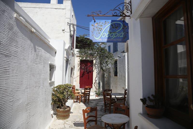 Taverna griego típico de la isla en Tinos, Grecia fotografía de archivo