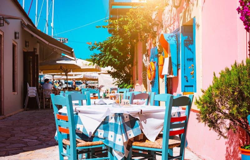 Taverne colorée vive grecque traditionnelle sur la rue méditerranéenne étroite le jour chaud d'été images stock