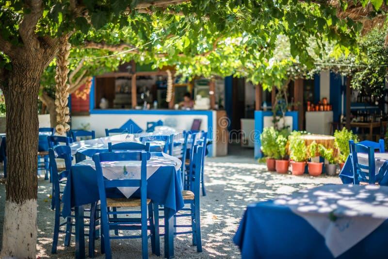 Taverne traditionnelle grecque sur la rue photo libre de droits
