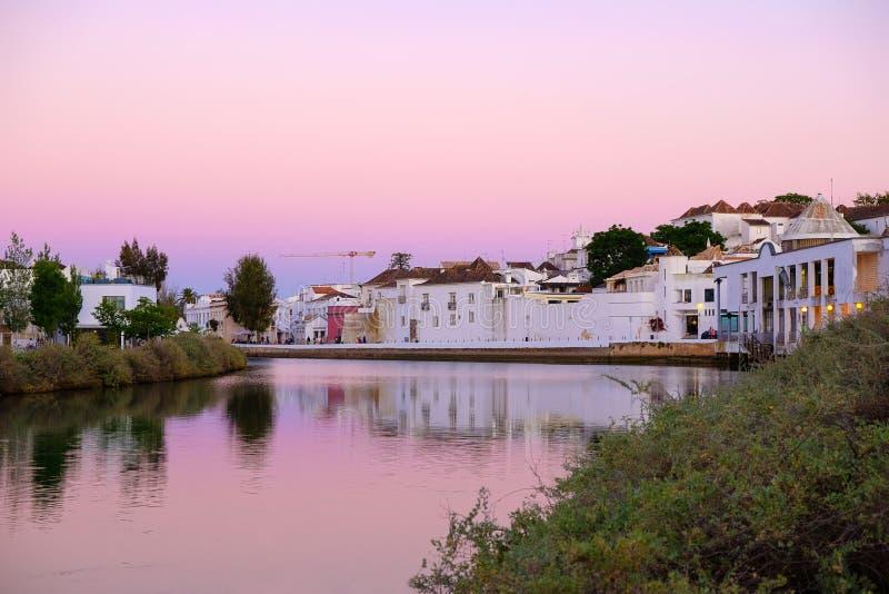 TAVIRA, ALGARVE, PORTUGAL - L'AMI 25, 2019 : Vue sur la vieille ville de Tavira et de la rivière Gilao photographie stock