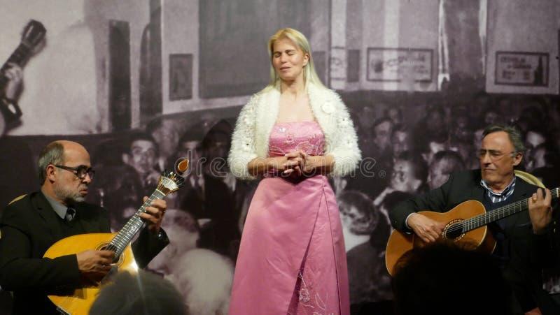 Tavira, Portugal, mars 16, 2018 - Fadokonsert med en ung sångare och två musiker i teatern 'Fadocom Historia ', royaltyfria foton