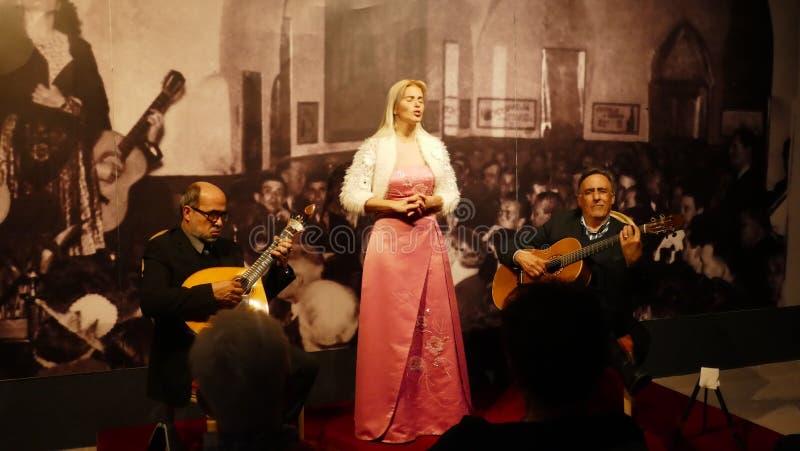 Tavira, Portugal, o 16 de março de 2018 - concerto do Fado com um cantor novo e os dois músicos no teatro 'COM Historia do Fado ' imagens de stock