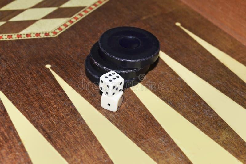 Tavli ou gamão grega - jogo de mesa com dados e verificadores fotos de stock royalty free