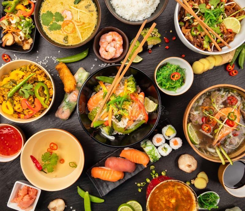 Tavola asiatica dell'alimento con il vario genere di alimento cinese immagine stock