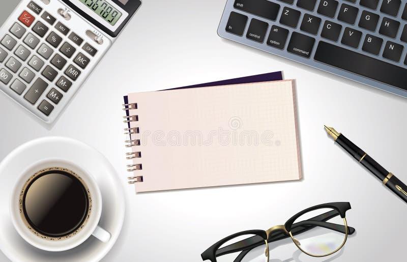 Tavola bianca della scrivania con il computer portatile, il calcolatore, la penna, la tazza di caffè, il blocco note ed il vetro  immagini stock libere da diritti