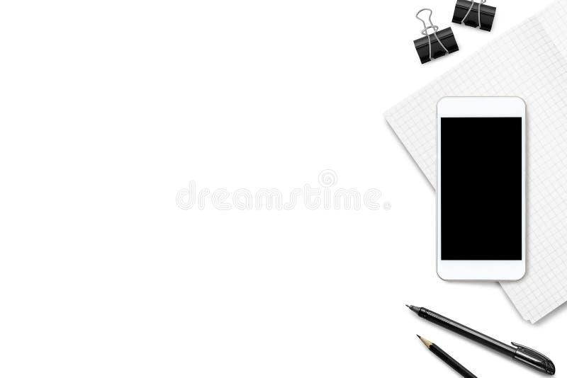 Tavola bianca della scrivania con lo smartphone, il taccuino ed i rifornimenti Vista superiore con lo spazio della copia, disposi immagini stock