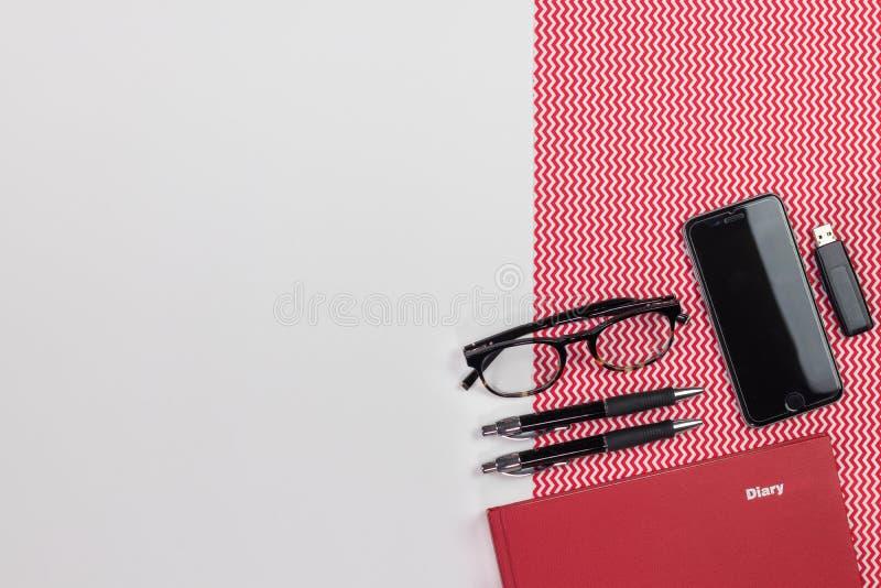Tavola bianca moderna con un diario del taccuino, penne, eyeg della scrivania immagini stock