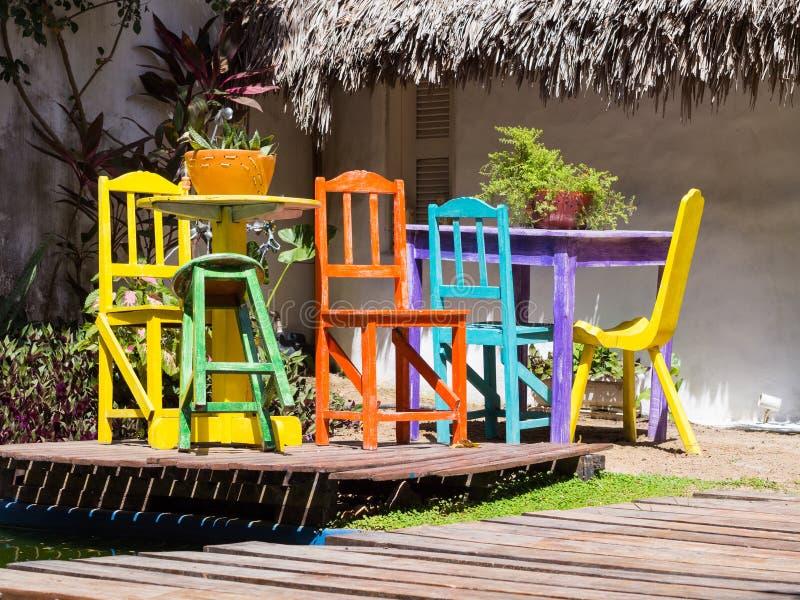 Tavola colorata e sedia fotografie stock