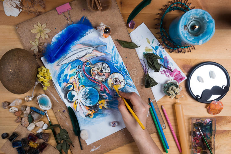 Tavola creativa dell'artista su cui è le ore di schizzo fotografia stock libera da diritti