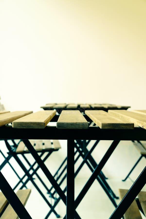 Download Tavola D'acciaio Di Legno Moderna Immagine Stock - Immagine di spazio, minimo: 56892073