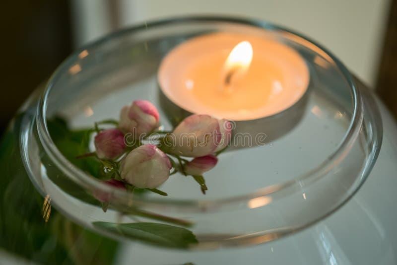 Tavola decorata di nozze con i fiori e la candela fotografia stock
