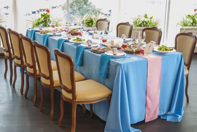 Tavola decorata di nozze installata in ristorante immagine stock