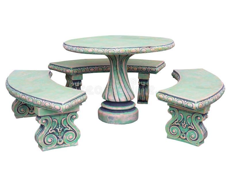 Tavola decorata e sedie di pietra dei mobili da giardino isolate sopra bianco immagini stock