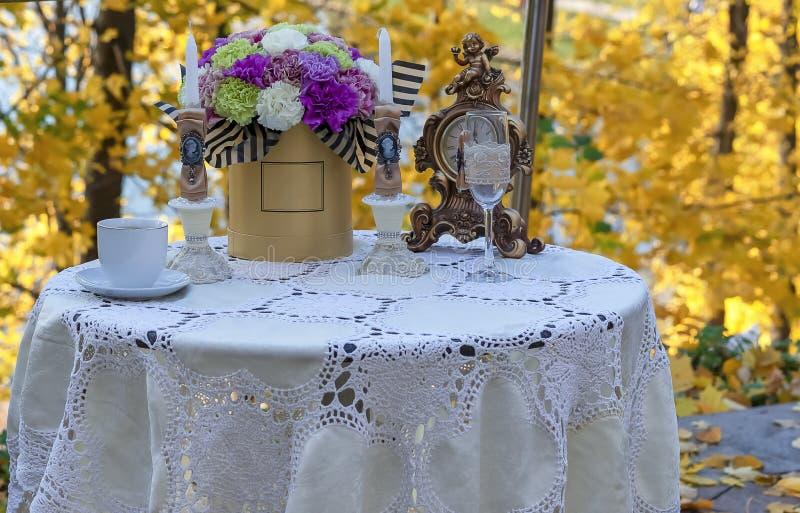Tavola decorata in un caffè della via contro lo sfondo dell'autunno immagini stock libere da diritti