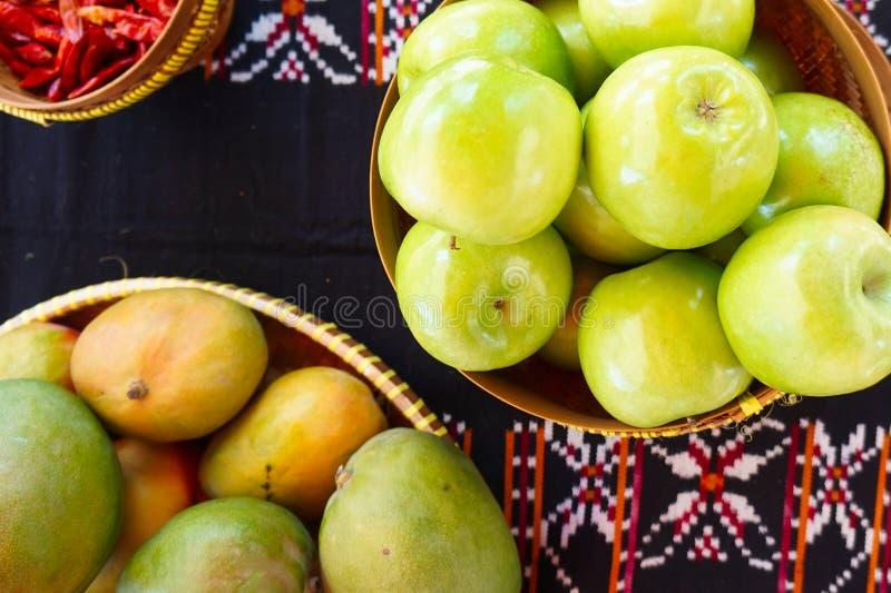 Tavola decorativa con frutta e le spie fotografia stock