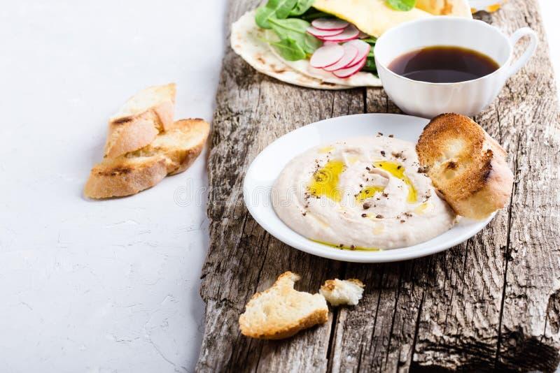 Tavola del brunch Taci degli spinaci della immersione e dell'omelette di fagiolo bianco fotografia stock