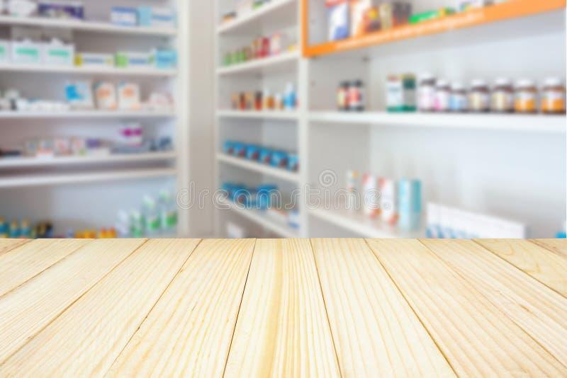 Tavola del contatore della farmacia della farmacia con il backbround dell'estratto della sfuocatura fotografie stock libere da diritti