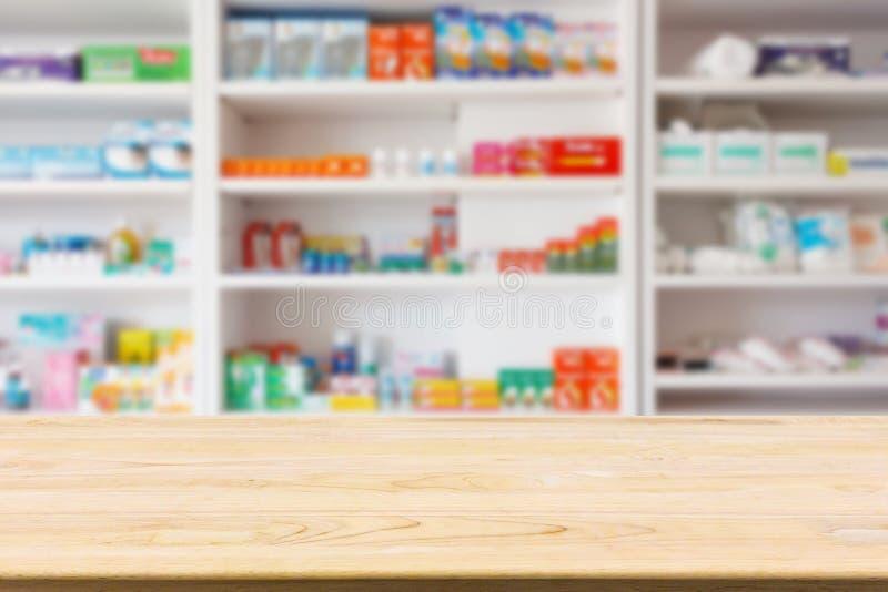 Tavola del contatore della farmacia della farmacia con il backbround dell'estratto della sfuocatura immagine stock