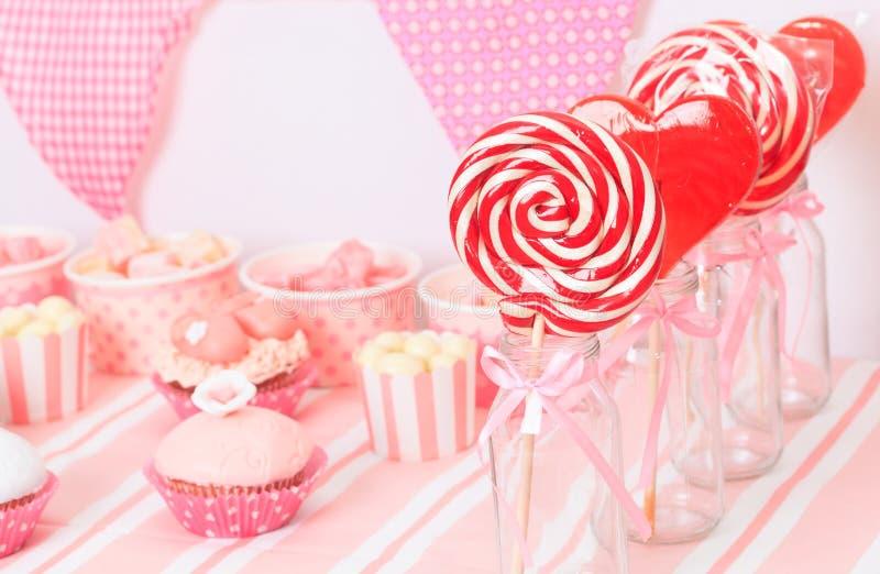 Tavola del dessert alla festa di compleanno delle ragazze immagine stock
