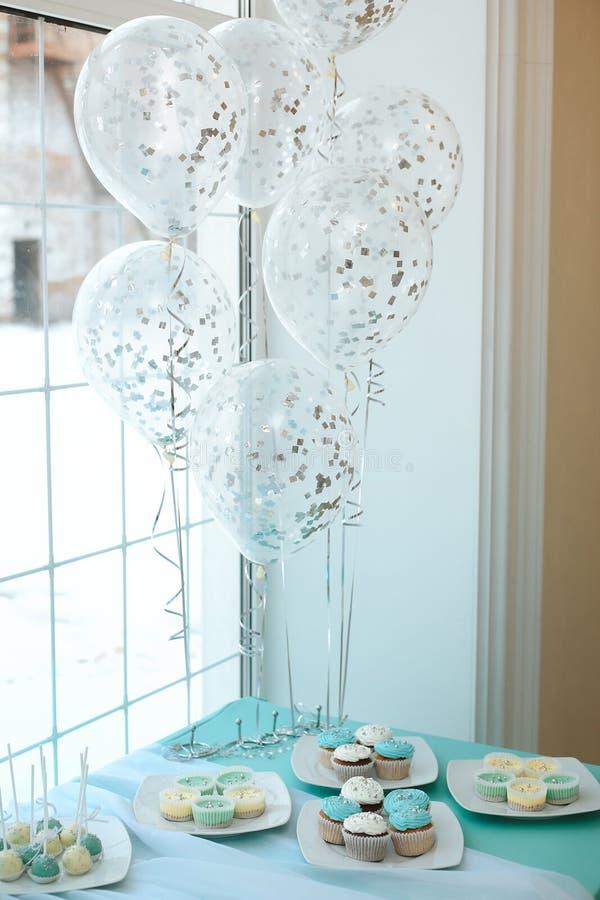 Tavola del dessert di nozze con i bigné ed i palloni immagini stock libere da diritti
