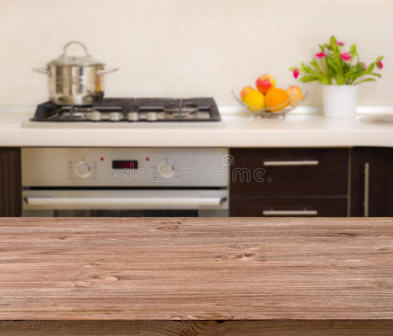Tavola del pranzo sul fondo moderno dell'interno della cucina fotografia stock