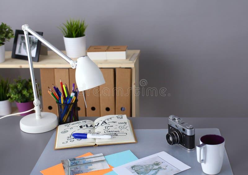 Tavola del progettista con lui che si trova sugli strumenti fotografia stock