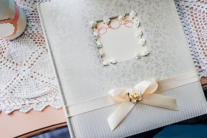 Tavola del regalo e libro di ospite durante il ricevimento nuziale fotografie stock libere da diritti