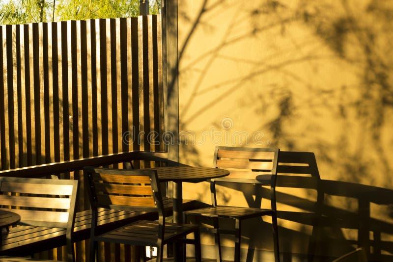 Tavola del terrazzo con la caffetteria per guardare il tramonto fotografia stock libera da diritti
