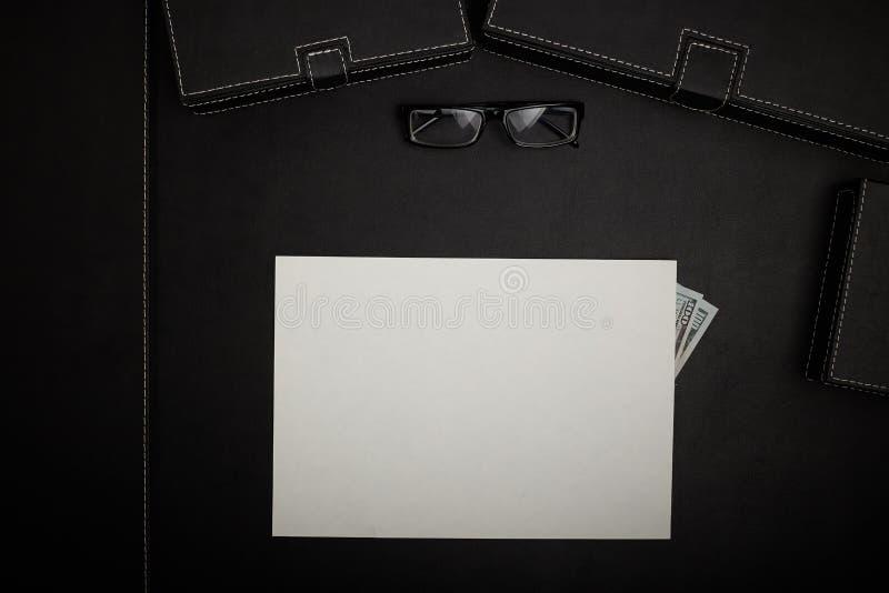 Tavola dell'ufficio con gli accessori fotografie stock