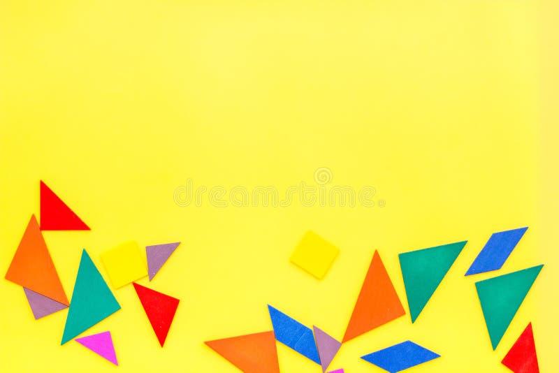 Tavola dell'ufficio del pezzo del gioco del puzzle nella derisione di vista superiore del fondo di giallo dell'insieme di strateg fotografia stock