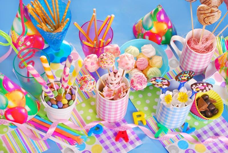 Super Tavola Della Festa Di Compleanno Con I Dolci Per I Bambini  PG87