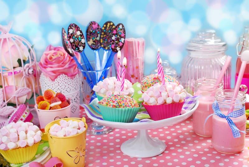 Tavola della festa di compleanno per i bambini fotografia stock immagine di cotto gelatina - Tavola pitagorica per bambini ...