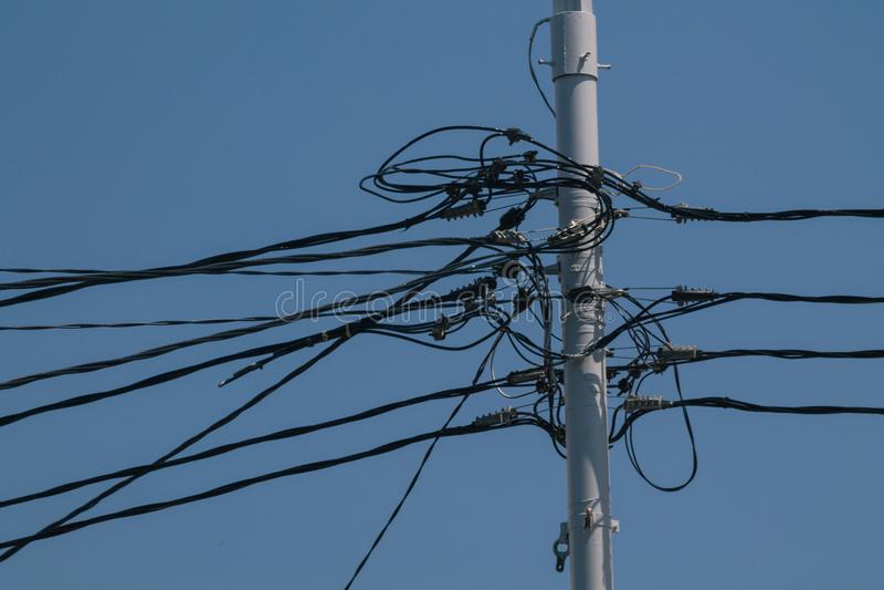 Tavola della lampada con molti cavi immagini stock