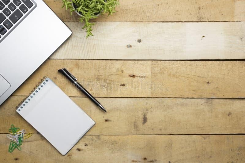 Tavola della scrivania con i rifornimenti Vista superiore Copi lo spazio per testo fotografia stock libera da diritti