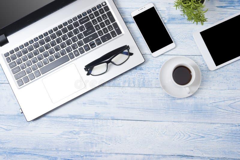 Tavola della scrivania con i rifornimenti Vista superiore Copi lo spazio per testo immagine stock libera da diritti