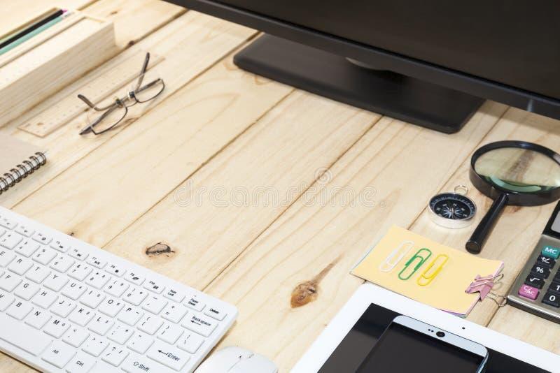 Tavola dello scrittorio di affari, lavorante alla Tabella di legno con il computer, astuto immagine stock libera da diritti