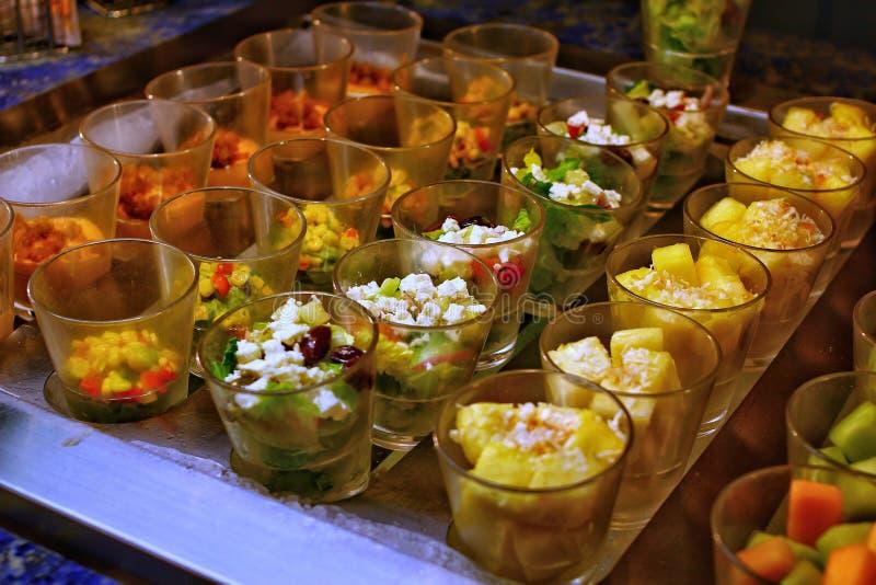 Tavola di banchetto d'approvvigionamento meravigliosamente decorata con differenti serpenti ed aperitivi dell'alimento fotografie stock