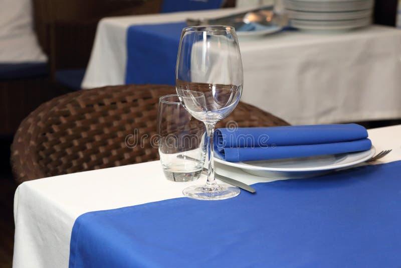 Tavola di banchetto del servizio in un ristorante nello stile blu e bianco fotografia stock libera da diritti