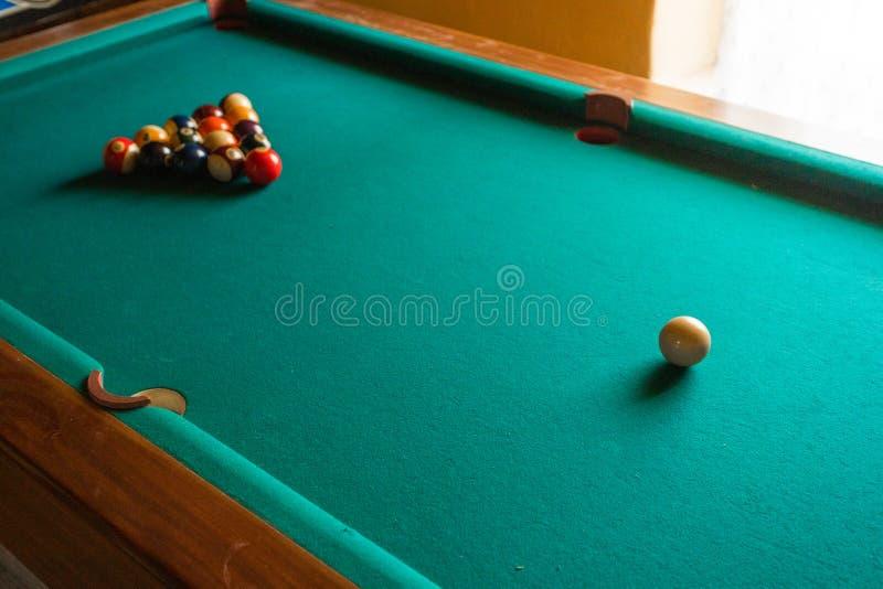 Tavola di biliardo con le palle sulla tavola immagini stock libere da diritti