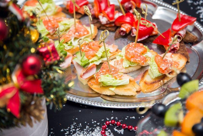 Tavola di buffet con canape ed il pesce rosso fotografie stock