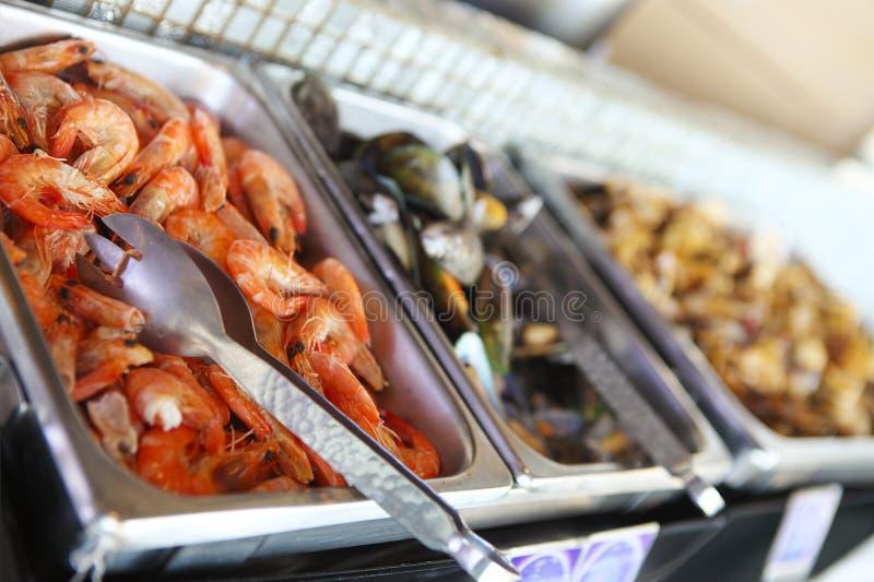 Tavola di buffet con frutti di mare con i gamberetti e le cozze immagini stock libere da diritti