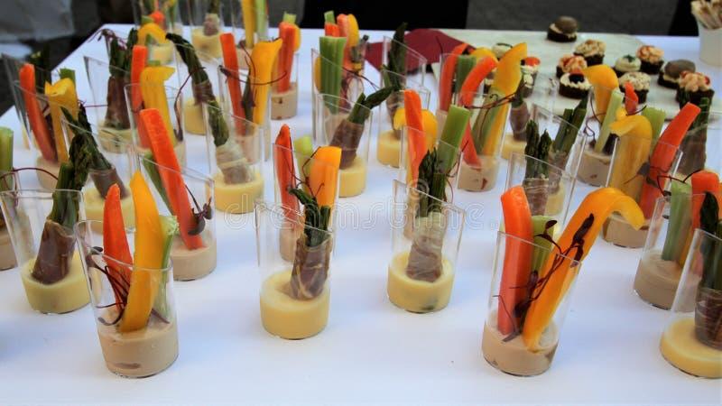 Tavola di buffet con le opere di verdure tagliate del ` di hors d su una tovaglia bianca immagine stock