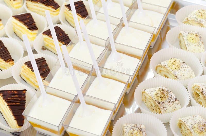 Tavola di buffet del dessert fotografie stock libere da diritti